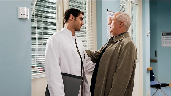 Dr. Niklas Ahrend (Roy Peter Link) und Dr. Harald Loosen (Robert Giggenbach)
