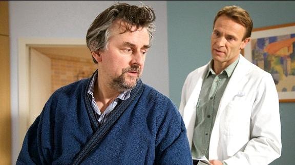 Der Patient Eric Stolte (Johannes Silberschneider, links) im Gespräch mit seinem behandelnden Arzt Dr. Martin Stein (Bernhard Bettermann, rechts)
