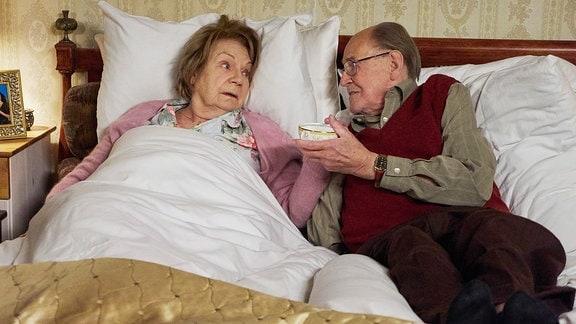 Christel Wusthoffs (Ingeborg Krabbe) Krebserkrankung ist mittlerweile so weit fortgeschritten, dass das Ende abzusehen ist. Seit 50 Jahren ist sie mit ihrem geliebten Mann Fritz (Herbert Köfer) verheiratet. Die beiden können sich ein Leben ohne einander nicht vorstellen und haben beschlossen, gemeinsam und selbstbestimmt zu gehen. Mit Hilfe eines Insektizids wollen sie zusammen für immer einschlafen.