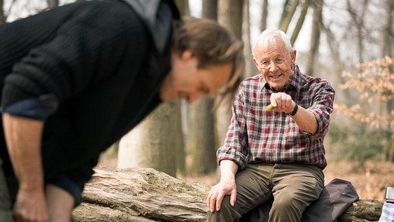 Otto Stein gibt Martin im Wald Anweisungen.
