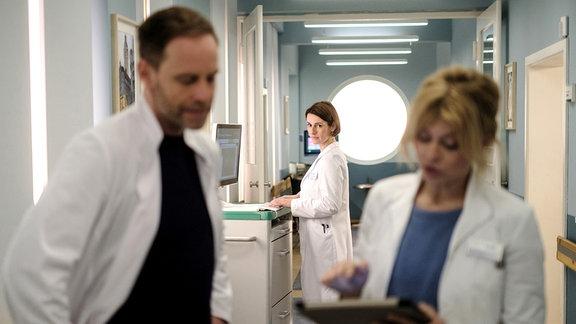 Dr. Maria Weber (Annett Renneberg, hi. mi.) beobachtet Kai und Ina in ihrem vertrauten Gespräch.