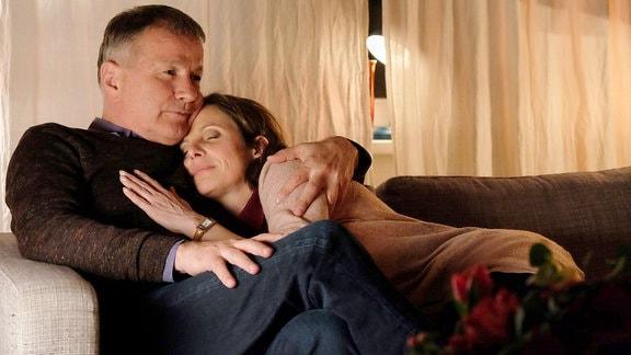 Als Katjas (Julia Jäger) Sohn Hanno endlich schläft, kann Roland (Thomas Rühmann) seine Tarnung als Arzt der Hausbesuche macht, aufgeben. Die beiden sinken sich verliebt in die Arme.