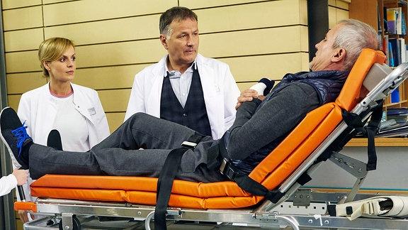 Dr. Lea Peters und Dr. Roland Heilmann versuchen, Professor Dario Brosi zu einer Behandlung zu überreden.
