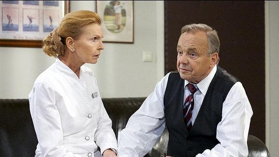 Professor Simoni (Dieter Bellmann) muss seiner Lebensgefährtin Oberschwester Ingrid (Jutta Kammann) sagen, dass ihre Spinalkanalstenose zurück ist. Sie hatte schon einmal diese Verengung des Wirbelkanals und konnte damals in einer Operation gerettet werden. Dieses Mal ist das Risiko einer Lähmung nach der OP weitaus höher. Für Simoni kommt es nicht infrage, doch Dr. Roland Heilmann schließt diese Möglichkeit nicht aus.