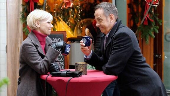 Da Steffen Frahm (Moritz Lindbergh) nun doch etwas länger in Leipzig bleiben muss, hat es sich ergeben, dass er Kathrin Globisch (Andrea Kathrin Loewig) bei den Weihnachtsvorbereitungen hilft. Die beiden waren mal ein Paar und schwelgen nun in Erinnerungen. Beiden tut es gut und die alte Vertrautheit ist schnell wieder hergestellt.