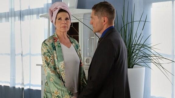 Rolf Kaminski fasst Vera Bader am Handgelenk.