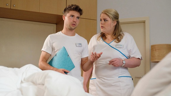 Schwester Miriam und Kris verwirrt im Krankenzimmer.
