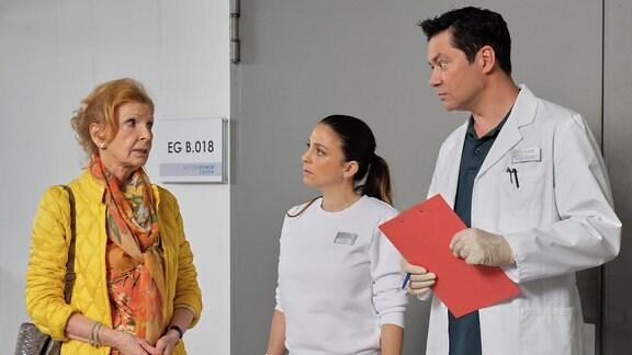 Ingrid Rischke im Gespräch mit Dr. Philipp Brentano und Oberschwester Arzu.