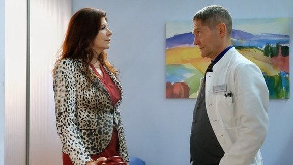 Vera Bader (Claudia Wenzel) ist unverhofft in der Sachsenklinik aufgetaucht. Als Dr. Kaminski (Udo Schenk) sie dann im Ärzte-Ruheraum findet, fragt er Vera, was sie wirklich will. Eine zufriedenstellende Antwort bekommt er von ihr nicht.