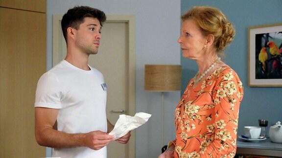 Ingrid Rischke (Jutta Kammann) hat der autistischen Luna nach einem Reitunfall erst einmal das Reiten verboten. Als Kris Haas (Jascha Rust) Frau Rischke fragt, ob das der richtige Weg ist, bittet Ingrid ihn, sich rauszuhalten.