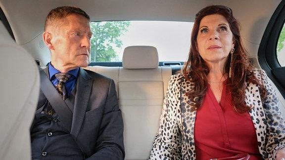 Dr. Kaminski und Vera Bader im Taxi.