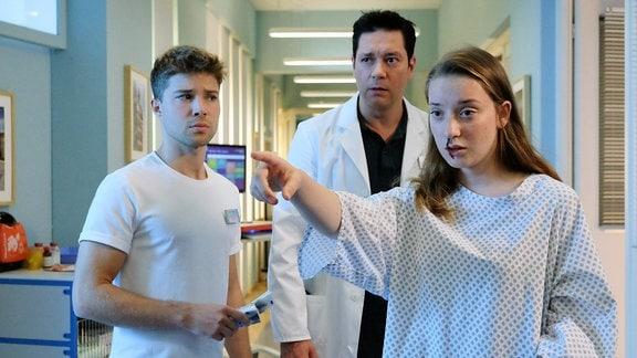 Eine junge Patientin im Klinikflur (Szenenfoto)