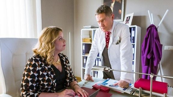 Dr. Kaminski (Udo Schenk) bedankt sich bei Sarah Marquardt (Alexa Maria Surholt), dass sie Vera Bader vor dem neuen Gesundheitsdezernenten geschützt hat. Sarah ist klar, wenn er von Vera Baders Demenz weiß, dann weiß es die ganze Stadt.