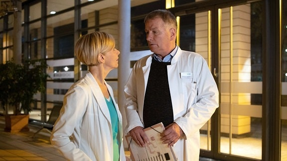 Roland Heilmann vor der Klinik mit Kathrin Globisch.