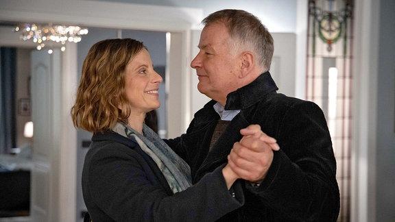 Katja Brücker und Roland Heilmann tanzen.