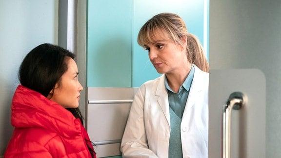 Lilly Phan (Mai Duong Kieu, li.) outet sich als angehende Neurochirurgin und bewundert Dr. Lea Peters (Anja Nejarri, re.). Sie bittet Lea assistieren zu dürfen. Doch Lea hat daran kein großes Interesse und kann das auch rechtlich nicht zulassen.