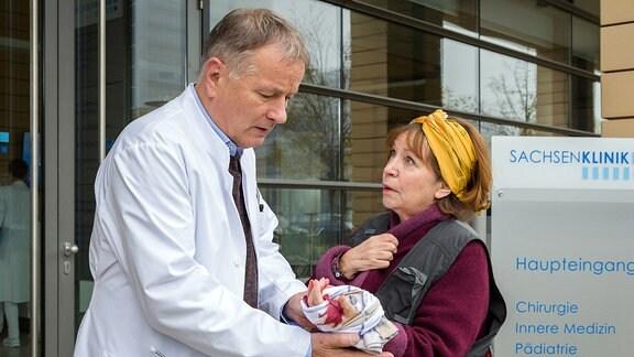 Dr. Roland Heilmann schaut sich eine Wunde an.