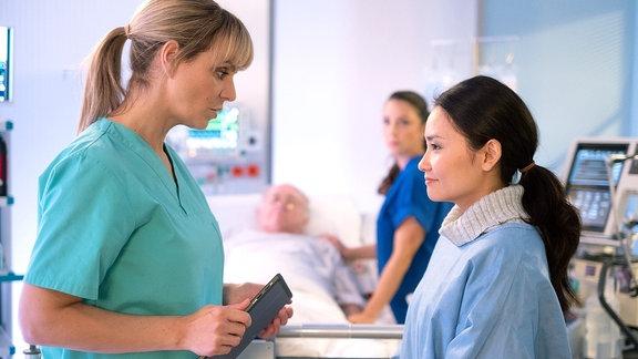 Dr. Lea Peters weist Lilly Phan zurecht.