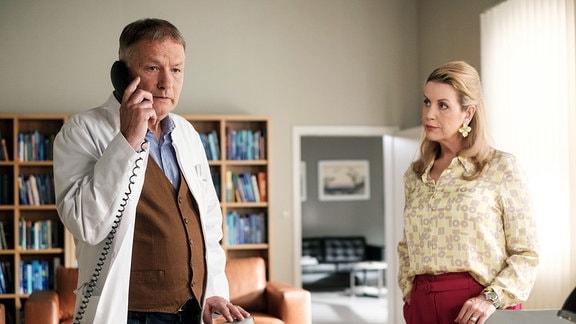 Als Sarah Marquardt (Alexa Maria Surholt) sich bei Dr. Roland Heilmann (Thomas Rühmann) nach dem Befinden des Gesundheitsdezernenten Dr. Seidel erkundigt, klingelt Rolands Telefon: Seidel ist mit Schmerzen zusammengebrochen.