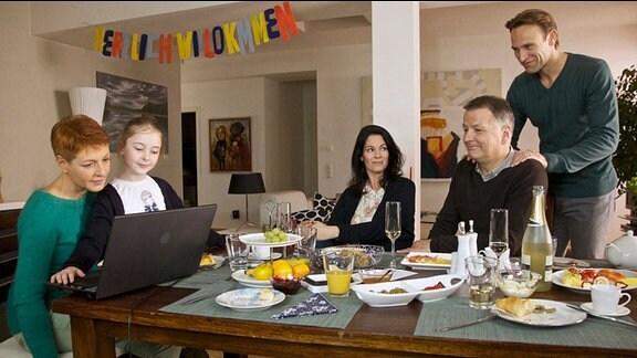 Elena Eichhorn ist mit ihrer Tochter Sophie und Martin Stein bei einem gemeinsamen Abend bei Pia und Roland Heilmann.