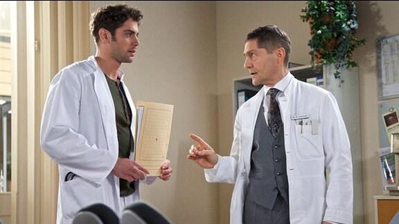 Dr. Niklas Ahrend versucht erneut Dr. Rolf Kaminski von seiner OP-Methode zu überzeugen.