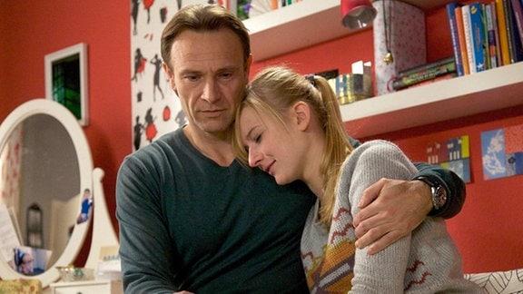 Martin Stein tröstet seine Tochter Marie, die Liebeskummer hat.