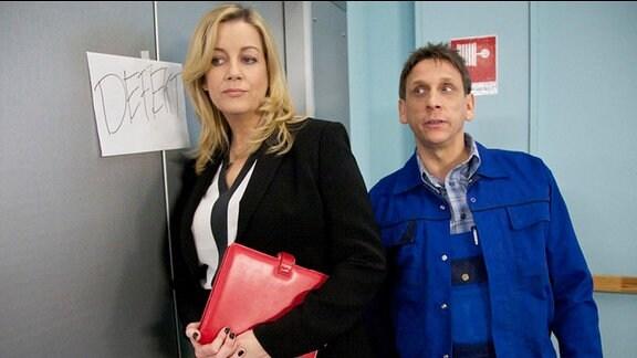 Verwaltungschefin Sarah Marquardt und Hausmeister Werner Matschke hören Rufe aus dem angeblich defekten Aufzug.