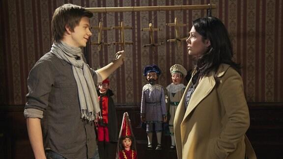"""Dr. Elena Eichhorn (Cheryl Shepard) stattet Arndt Kubitz (Patrick Baehr) einen Besuch in der """"Alt-Leipziger Marionettenbühne Klinker"""" ab. Arndts Onkel Godehard liegt mit einer lebensgefährlichen Lungenembolie in der Sachsenklinik. Nun soll die am nächsten Abend geplante Premiere abgesagt werden. Elena fragt, warum Arndt die Premiere nicht spielt. Doch das würde Godehard Klinker nie zulassen, Arndt sei noch nicht so weit."""