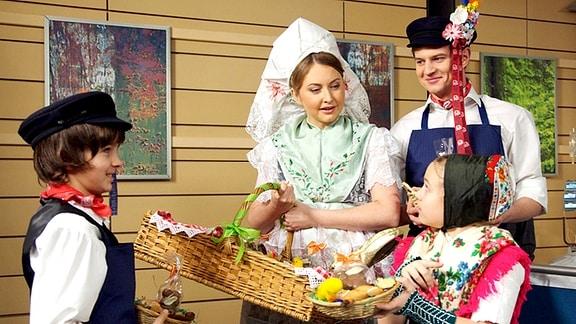 Auch in der Sachsenklinik kommt Osterstimmung auf. Jonas, Lisa und Jakob sind begeistert, mit Hanka Krautz in sorbischen Trachten Leckereien zu verteilen.