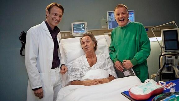Bernhard Bettermann, Hugo Egon Balder und Thomas Rühmann beim Fototermin zum Dreh der Folge 741