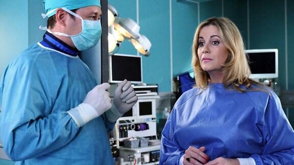 Sarah Marquardt (Alexa Maria Surholt) hat mitbekommen, dass ihr Sohn Bastian gerade an der Hand operiert wird. In ihrer Sorge kann sie es nicht abwarten und stört Dr. Philipp Brentano (Thomas Koch) mitten in der OP.