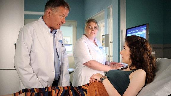 Szene: Arzt, Schwester und Patientin im Patientenzimmer