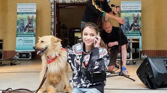 Emma Brückner (Vivien Sczesny) kümmert sich um den Hund einer Patientin, die in der Sachsenklinik liegt. Und nicht nur das: Sie hat auch die Organisation einer Spendenveranstaltung für ein Leipziger Tierheim übernommen.
