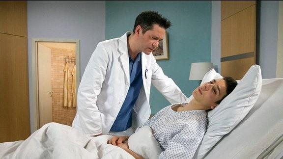 Dr. Philipp Brentano sagt Fabian Roth, dass er Zweifel an seiner Erstdiagnose hat. Mit einer Epilepsie hat Fabians Gesundheitszustand nicht mehr viel zu tun. Philipp kommt nicht weiter.