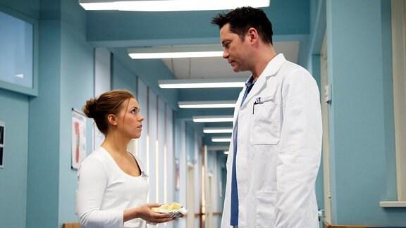 Schwester Julia berichtet Dr. Philipp Brentano, dass sein Patient Fabian Roth ihr gegenüber extrem ausfällig geworden ist. Doch Philipp hat dafür gerade keine Nerven und bittet Julia um Verständnis für Fabian.