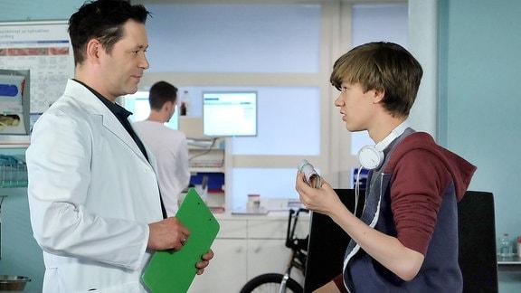 Dr. Philipp Brentano (Thomas Koch) und Max Kuhl (Alessandro Schuster)