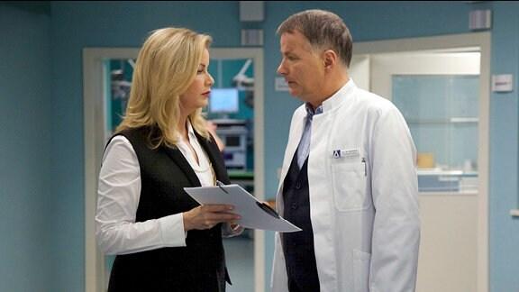 Sarah Marquardt hat Dr. Brentano einen Fall entzogen. Als Sarah Roland eine Abmahnung für Brentano unterschreiben lassen will, weigert er sich und lässt die neue Klinikleiterin einfach stehen.