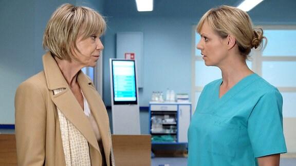 Dr. Lea Peters (Anja Nejarri) wird in der Sachsenklinik von einer fremden Frau (Judy Winter) bei ihrem Vornamen angesprochen