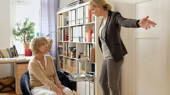 Dr. Lea Peters (Anja Nejarri) und ihre Mutter Christiane (Judy Winter)