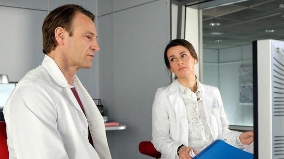 Dr. Martin Stein (Bernhard Bettermann) hat Dr. Maria Weber (Annett Renneberg) bei einer Patientin um Rat gebeten.
