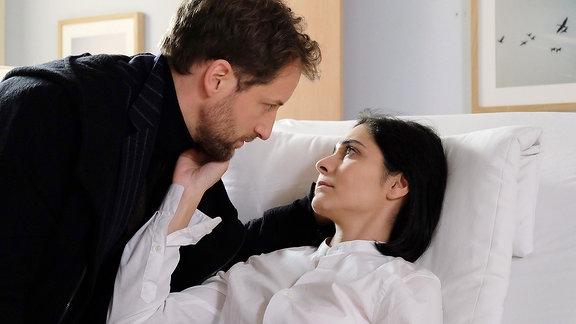 Katja ist froh, dass ihr Ehemann Paul (Dominik Maringer) da ist.