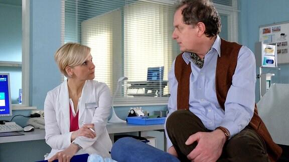 Kathrin Globisch (Andrea Kathrin Loewig) wundert sich über das Verhalten von  Patient Thomas Bruhnke (Oliver Törner).