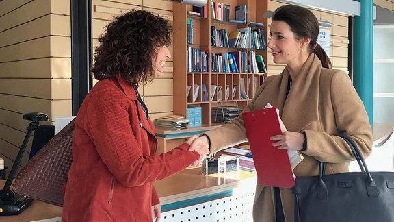 Als Dr. Maria Weber (Annett Renneberg, re.) am Morgen ihren Dienst beginnen will, wird sie schon erwartet. Linda Schneider (Isabel Varell, li.), eine überaus kommunikative und energiegeladene Frau, stellt sich als die Mutter von Miriam Schneider vor.