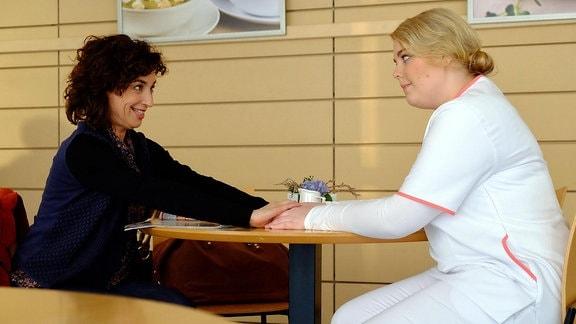 Miriam Schneider (Christina Petersen, re.) fühlt sich von dem spontanen Besuch ihrer Mutter Linda Schneider (Isabel Varell, li.) regelrecht überfahren.