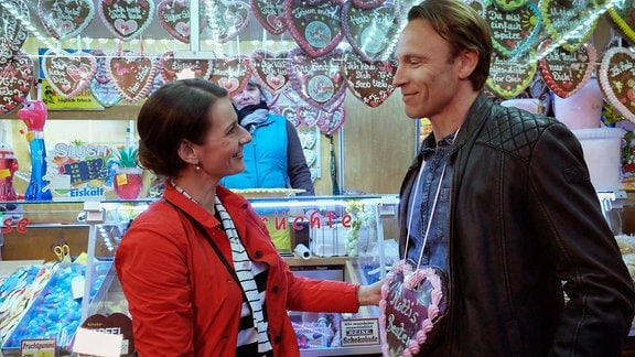 Maria Weber (Annett Renneberg) und Martin Stein (Bernhard Bettermann) haben ziemlich viel Spaß auf dem Rummel.