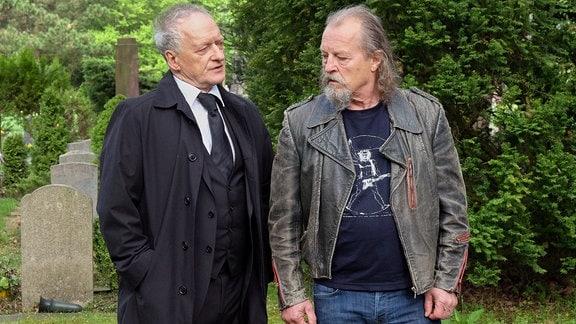Die Brüder Thomas (Falk Rockstroh, li.) und Wolfgang Brünn (Paul Faßnacht, re.) treffen sich nach Jahrzehnten auf der Beerdigung ihrer Mutter wieder.