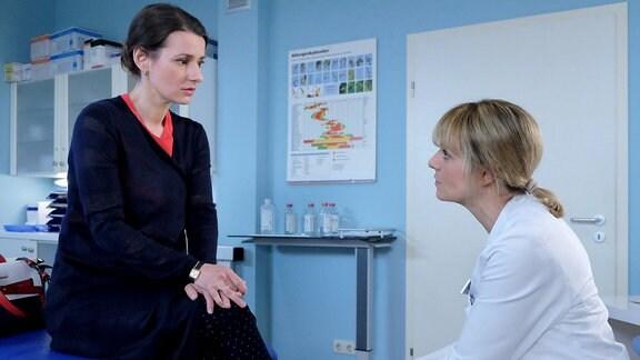 Dr. Maria Weber (Annett Renneberg, li.) wurde ein Tumor im Kopf gefunden. Sie redet mit Dr. Lea Peters (Anja Nejarri, re.).