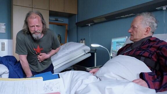 Plötzlich bricht Wolfgang im Krankenzimmer zusammen.
