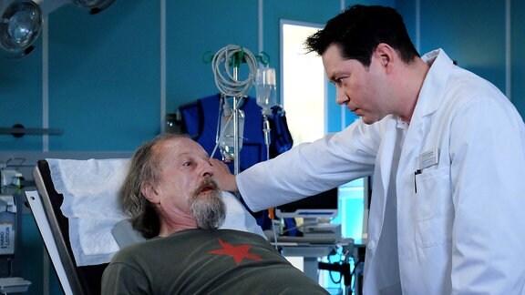 Dr. Philipp Brentano sagt Wolfgang Brünn, dass er ein blutendes Magengeschwür hat.