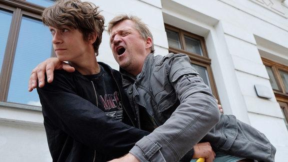 Ralf Keller (Patrick von Blume, re.) ist Polizist und wird von eienm jungen Mann (Tamino Haberland, li.) verletzt.